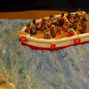 Padula (Salerno), nel presepe Gesù Bambino migrante sul barcone. Ed è polemica