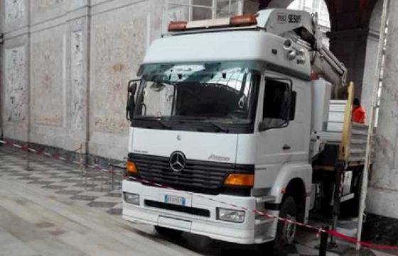 Napoli, camion gru nel Palazzo Reale...dalla porta d'ingresso principale FOTO