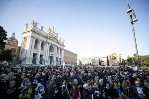 Sardine a Roma: la manifestazione in piazza San Giovanni, tra Bella Ciao e la Costituzione