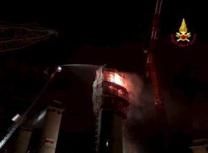 Genova, incendio nel cantiere del nuovo ponte: fiamme all'interno di una pila