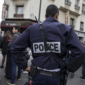 Parigi, minaccia poliziotti con coltello: neutralizzato dopo essere stato ferito