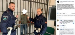 Opera, polizia locale pubblica foto di un fermato dietro le sbarre con gli agenti in posa