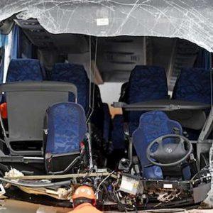 Austria, pullman di italiani si schianta in autostrada: muore autista 63enne