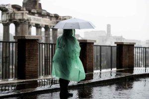 """Roma chiusa per pioggia, tutti contro la Raggi. L'ironia di Sala: """"Milano non si ferma per neve"""""""
