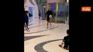 """Cristiano Ronaldo palleggia con un bimbo senza gambe: """"Sei una vera ispirazione"""" VIDEO"""