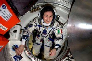 Samantha Cristoforetti lascia l'Aeronautica militare. Ma continuerà le missioni nello Spazio