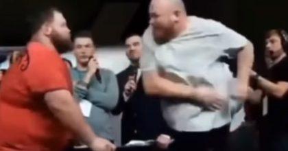 Russia, campionato di schiaffi: il campione va ko dopo questa sberla micidiale VIDEO