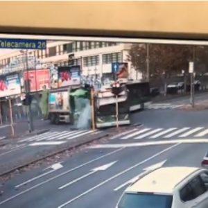 Milano, filobus non si ferma al semaforo e travolge camion dei rifiuti