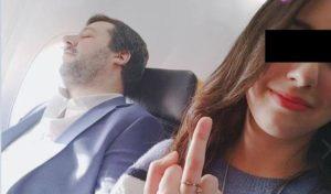 Selfie con Salvini in aereo: lui si addormenta, la passeggera fa il dito medio FOTO