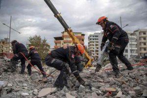 """Terremoto Albania, la sindaca di Durazzo: """"Contenti di aver avuto solo 50 morti"""". Si dimette"""