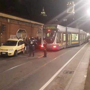 Torino, tram in retromarcia deraglia e travolge auto municipale: ferito un agente