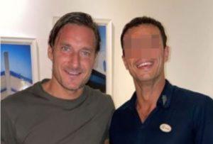 """Francesco Totti rifiuta la foto con il fan: """"Sono in vacanza"""". Poi cambia idea"""