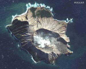 Nuova Zelanda, il vulcano Whakaari riprende l'attività e ostacola i soccorsi: 8 i dispersi