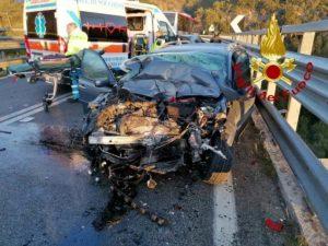 Civitella Paganico, frontale tra auto e pullman sulla statale Paganico: due morti