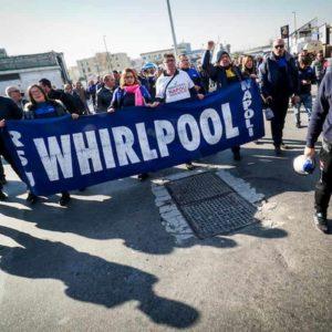 Whirlpool chiude a Napoli, sciopero di 16 ore in tutta Italia