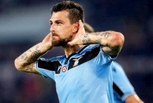 Roma-Lazio 1-1, Acerbi ha risposto a Dzeko. Palo di Pellegrini, var toglie rigore a Kluivert