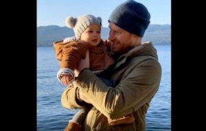 Principe Harry e il figlio Archie insieme: la foto per augurare un felice 2020