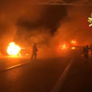 Assalto a furgone portavalori sull'A1 tra Lodi e Milano: auto in fiamme