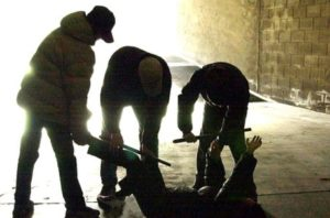 Baby gang pesta 14enne con un manganello e poi lo accoltella: arrestati