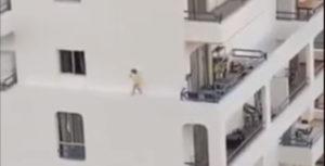 Tenerife, bimba corre sul cornicione del palazzo al quarto piano VIDEO