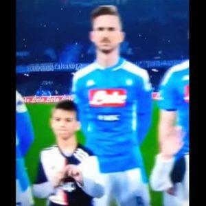"""Napoli-Juventus, bimbo copre stemma dei bianconeri: """"Sono una squadra di m...."""""""