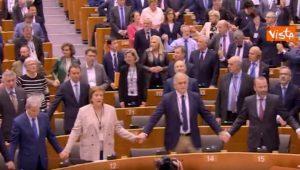 """Brexit, via libera del Parlamento Ue: eurodeputati cantano commossi il """"valzer delle candele"""" VIDEO"""