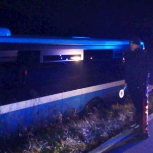 Iano di Scandiano (Reggio Emilia), passeggero disturba il conducente: autobus finisce fuori strada