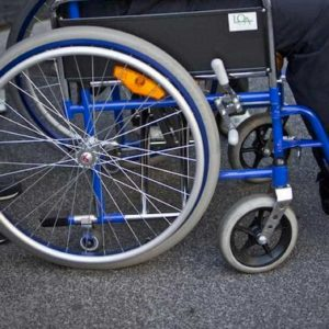 Niccolò Bizzarri, 21 anni, cade in carrozzina a causa di una buca e muore