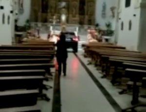 Spagna, si sente posseduto ed entra con il suv in chiesa VIDEO