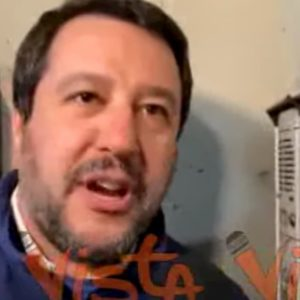 """Salvini citofona ad una famiglia tunisina: """"Lei e suo figlio spacciate?"""" VIDEO"""