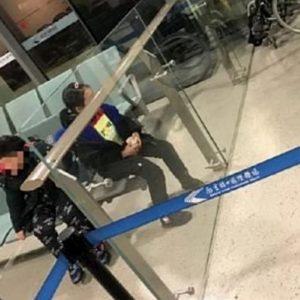Coronavirus, genitori lasciano figlio in aeroporto: gli era stato negato l'imbarco perché aveva la febbre