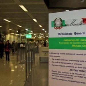 """Coronavirus, Roberto Burioni: """"Malgrado i controlli c'è il rischio che sbarchino passeggeri infetti"""""""