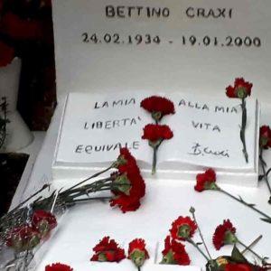 Hammamet: pellegrinaggio sulla tomba di Bettino Craxi. E la figlia evoca i Mille di Garibaldi