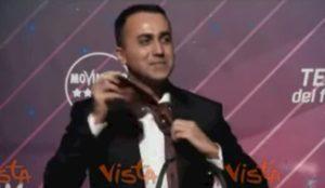 Luigi Di Maio si dimette da capo politico M5s, ricorda Gianroberto Casaleggio e si toglie la cravatta VIDEO