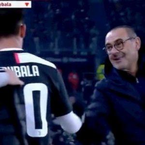 Juventus, pace tra Sarri e Dybala: sorriso e occhiolino al momento del cambio