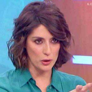 """Elisa Isoardi incinta? """"Vestiti larghi per nascondere il pancino"""", il gossip sui social"""