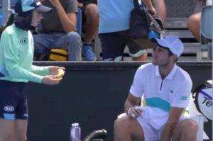 Australian Open, Benchetrit chiede alla raccattapalle di sbucciargli la banana VIDEO