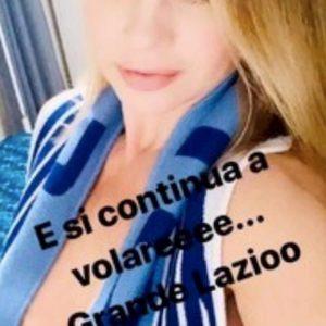 Anna Falchi, altra foto su Instagram per la Lazio: sotto la sciarpa niente...