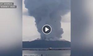 Filippine, vulcano Taal a rischio eruzione: fumo, fulmini, lava. In 10mila via da casa, fino a Manila YOUTUBE