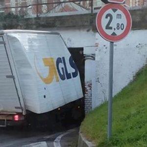 Desio, furgoncino si incastra nel sottopasso della ferrovia. Treni bloccati tra Como e Milano