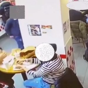 Milano, furto nel fast food: così due immigrati rubano uno zainetto VIDEO