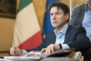 Conte diserta Davos: tira aria pesante a Roma