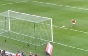 Hudson Keane, figlio di Robbie, ruba palla all'arbitro e segna VIDEO