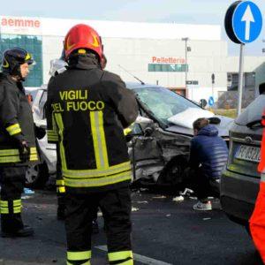 Trezzano sul Naviglio, incidente tra tre auto sulla Vigevanese: 12enne in gravi condizioni