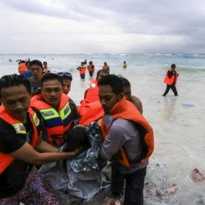 Indonesia, crolla ponte su un fiume a Sumatra: almeno 9 morti