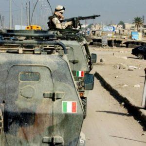 """Iraq: i soldati italiani lasciano la base Usa a Baghdad. Il parlamentare sciita: """"Loro possono restare"""""""