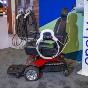 JuiceAbility, il dispositivo per ricaricare le sedie a ruote elttriche sulle colonnine delle auto