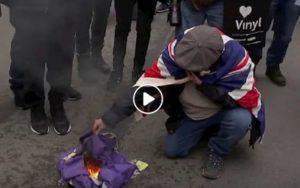 Bandiera Ue a fuoco a Londra: sono i sostenitori della Brexit contro i Remainers VIDEO
