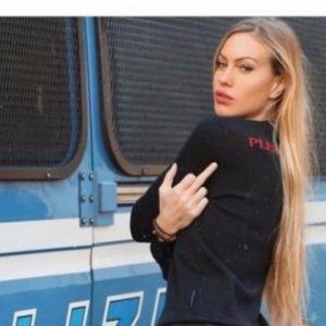 """Paola Ferrari contro Taylor Mega e il dito medio alla polizia: """"Foto orrenda, giustificazioni pietose"""""""