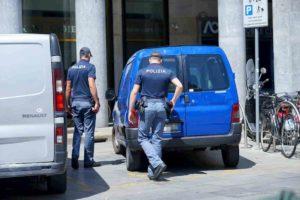 Milano, non si ferma all'alt: inseguimento con la Polizia di Stato che spara alle gomme per fermarlo